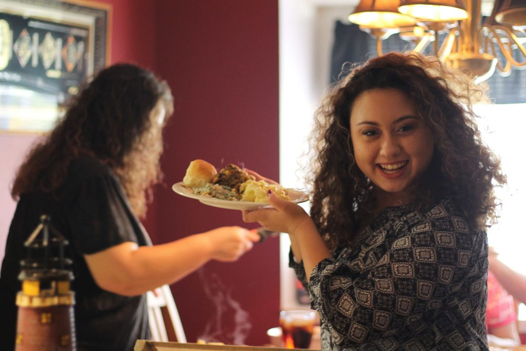 Femme souriante avec une assiette