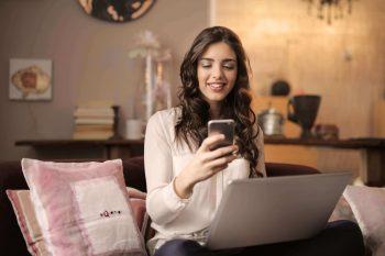 femme sur son canapé téléphone ordinateur